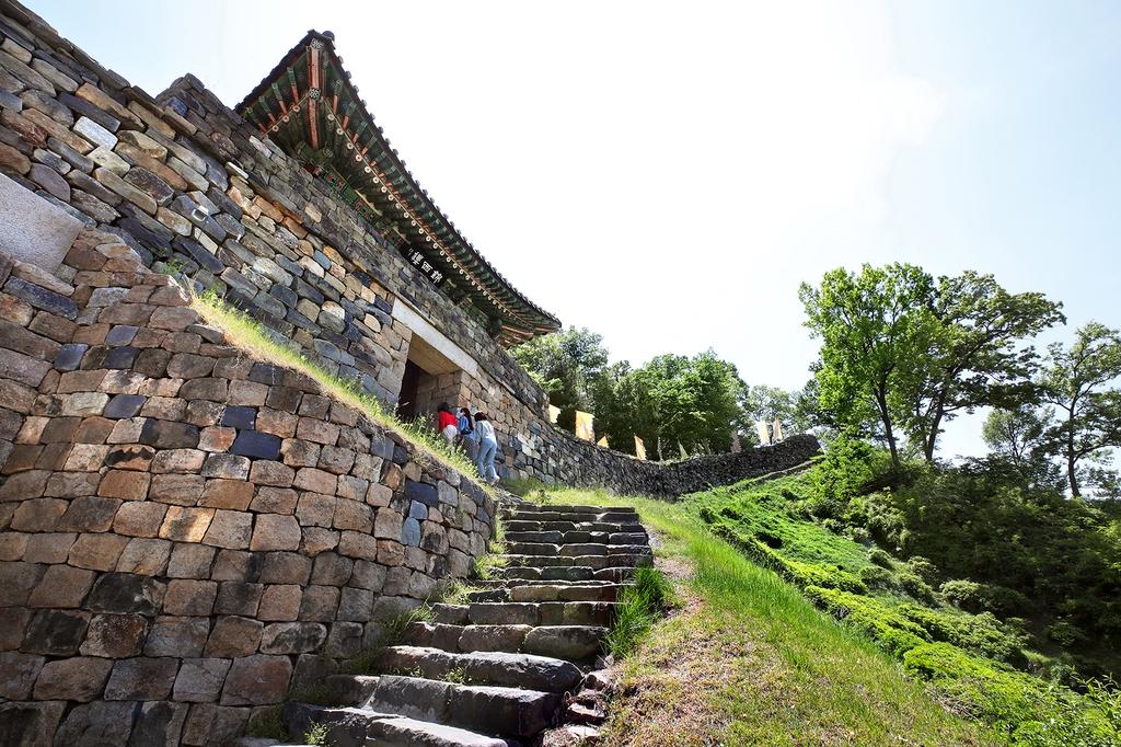 금서루(金西樓). 공산성 서쪽에 설치한 문루로 유지(遺址)만 남은 채 성내로 진입하는 차도로 이용되다가 1993년도에 복원됐다.[사진/전수영 기자]