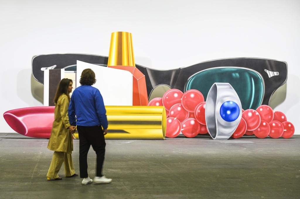 팝 아티스트 톰 베젤만의 작품을 살펴보는 관람객 [홍콩관광청 제공]