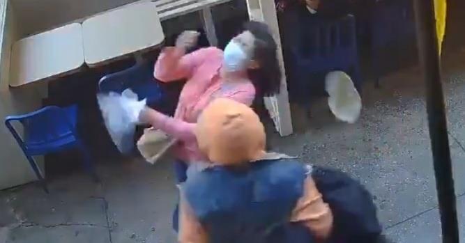 폭행당하는 아시아계 여성