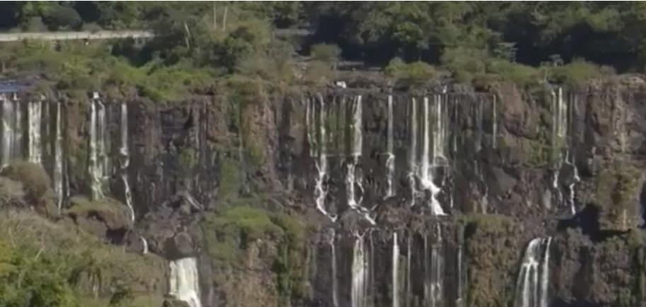 가뭄으로 물줄기가 줄어든 이과수 폭포