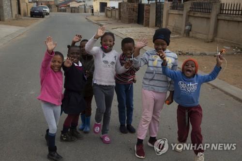 열쌍둥이를 출산한 것으로 알려진 산모의 집 근처에서 노는 아이들