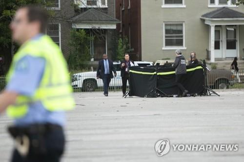 총기사고 현장을 수습 중인 미국 세인트루이스 경찰 [AP=연합뉴스]