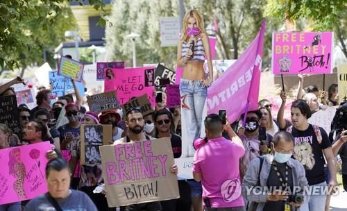 23일 LA 법원에 결집한 브리트니 스피어스 팬들