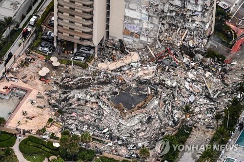 미국 플로리다주 아파트 붕괴 현장 [AFP=연합뉴스]