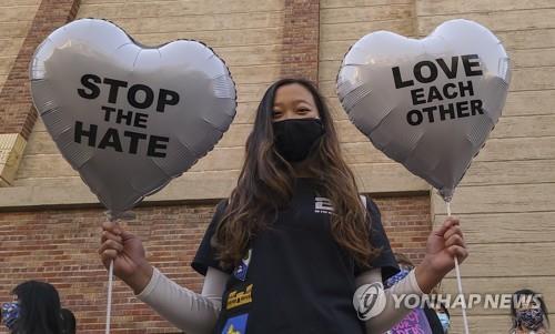 미국 로스앤젤레스에서 지난 3월 아시아계에 대한 증오범죄 반대 시위를 벌이는 시민 [AP=연합뉴스 자료사진]