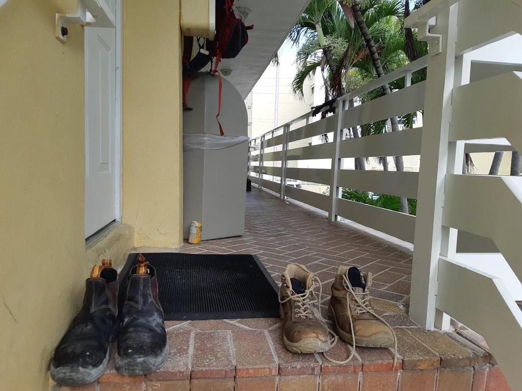 구조대원들이 벗어놓은 신발