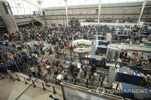 덴버 국제공항을 가득 메운 여행객들
