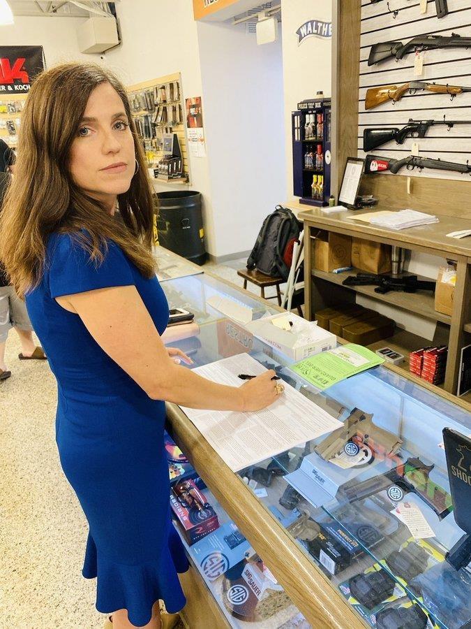 총기 구매하는 메이스 의원