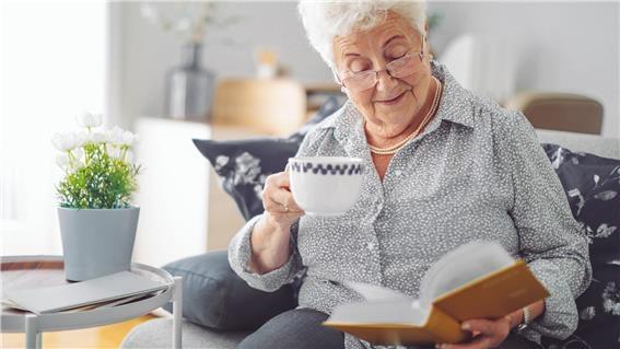 책 읽는 노인