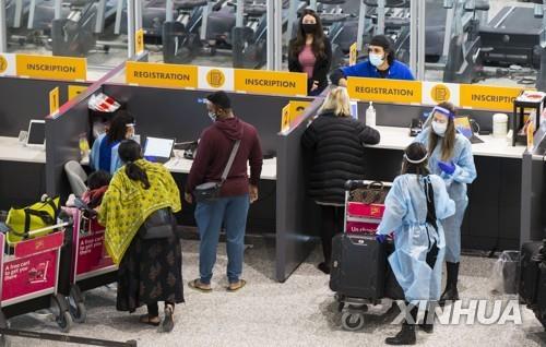 캐나다 토론토 공항의 여행자들 [신화=연합뉴스]