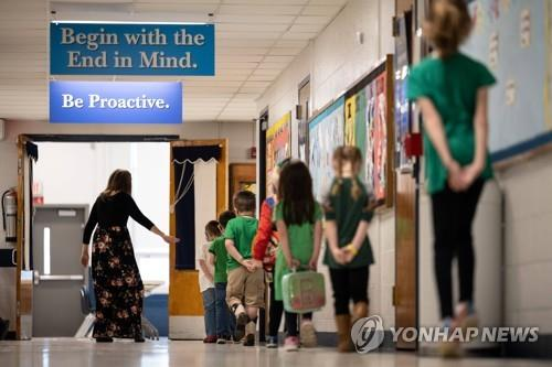 미 켄터키주 루이빌의 한 초등학교에서 학생들이 줄을 서서 걸어가고 있다. [AFP=