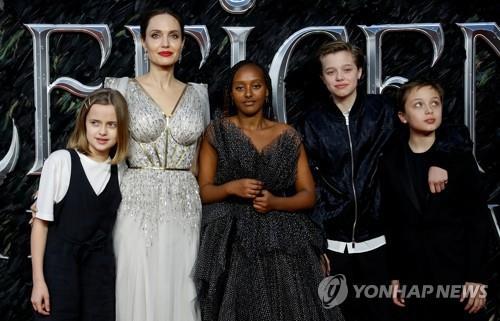 2019년 영화 시사회에 참석한 앤젤리나 졸리와 자녀들