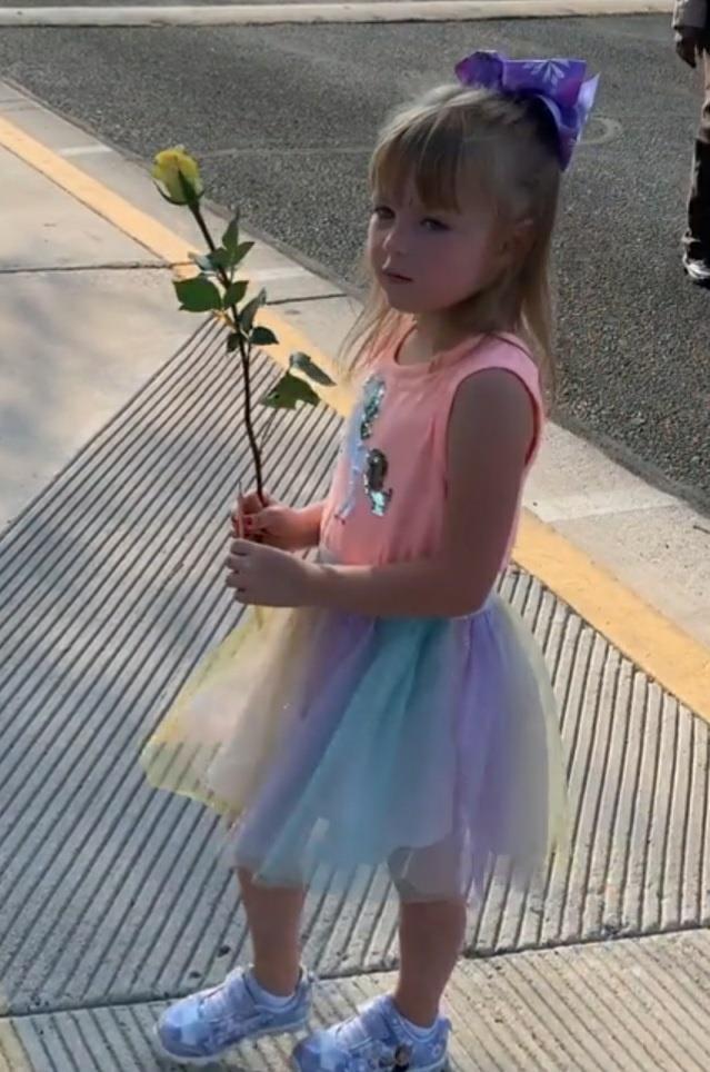 유치원 첫 등원 날 특별한 선물 받은 5살 여아