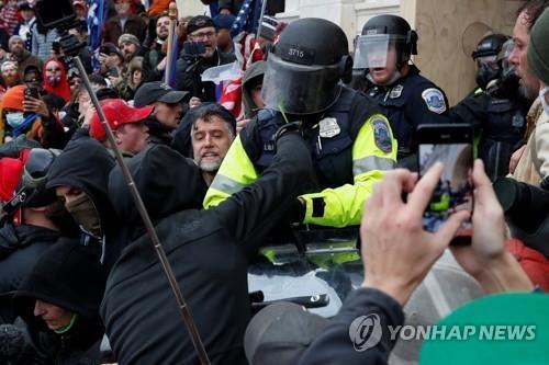 미국 의사당 난입사태 당시 시위대와 대치하는 경찰[로이터=연합뉴스 자료사진]