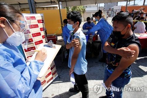 이민자 수용 시설에서 백신을 접종한 이민자들 [로이터=연합뉴스]