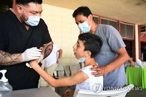 미국 로스앤젤레스(LA)의 백신 접종소를 찾은 어린이