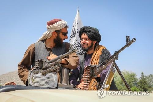 수도 카불을 장악한 뒤 순찰하는 아프간 무장조직 탈레반. [EPA=연합뉴스]