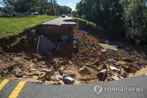 허리케인 아이다가 뿌린 폭우에 유실된 고속도로