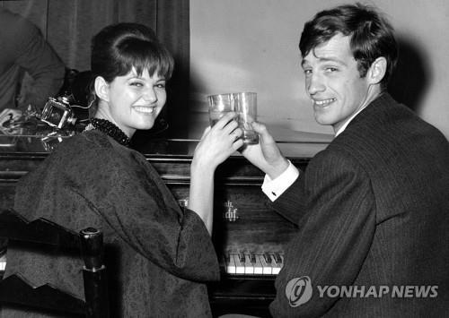 1960년 촬영한 장폴 벨몽도(오른쪽)