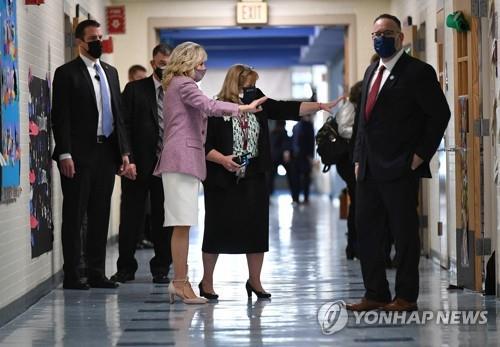 지난 3월 미국 코네티컷주의 한 초등학교를 방문한 질 바이든 여사(왼쪽에서 3번째).[AFP=연합뉴스 자료사진]