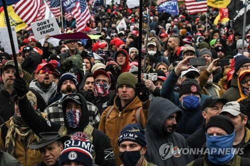 올해 1월 6일 부정선거를 주장하며 의사당으로 행진한 친트럼프 시위대[로이터=연합뉴스 자료사진]