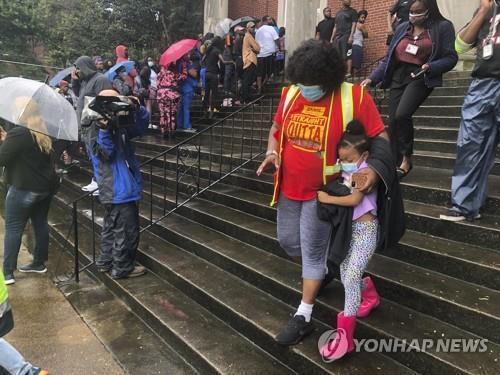 미국 테네시주 멤피스의 한 학교 총격사건 후 학부모들이 인근 교회로 대피한 자녀들을 데려가고 있다. [AP=연합뉴스]