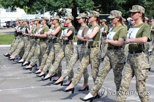 하이힐을 신고 퍼레이드 연습 중인 우크라이나 여군 [AFP/우크라이나 국방부=연합뉴스 자료사진]