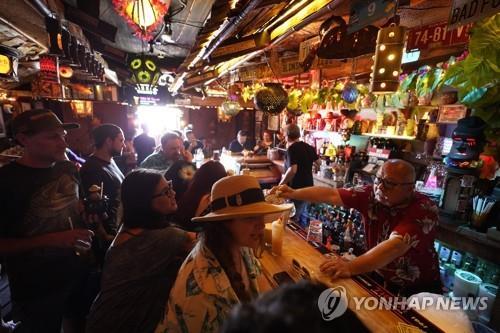 손님들로 북새통 이룬 미 캘리포니아 LA 선셋불러바드의 한 술집