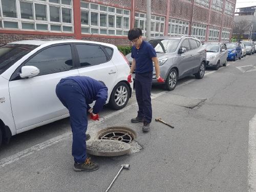 거창군, '하수도 맨홀 주변 정비'로 안전관리 강화 - 1
