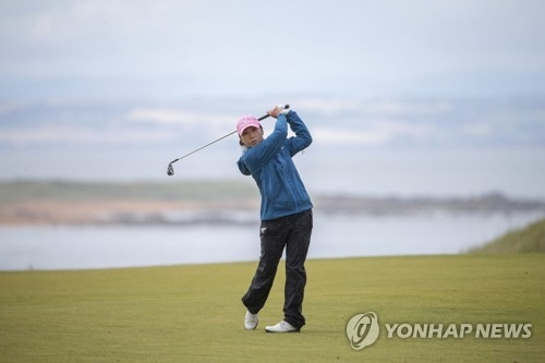 La golfista surcoreana Kim In-kyung lanza un golpe durante el Abierto Británico Femenino Ricoh celebrado, el 5 de agosto de 2017 (hora local), en el campo de golf Kingsbarns Golf Links de Fife, Escocia. (AP-Yonhap)