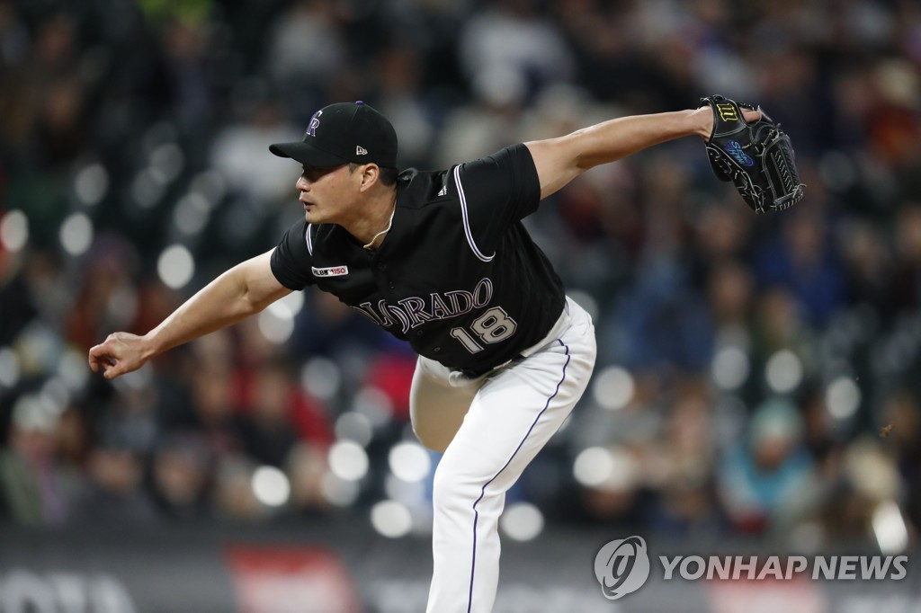 In this Associated Press file photo from May 29, 2019, Oh Seung-hwan of the Colorado Rockies throws a pitch against the Arizona Diamondbacks in the top of the sixth inning of a Major League Baseball regular season game at Coors Field in Denver. (Yonhap)