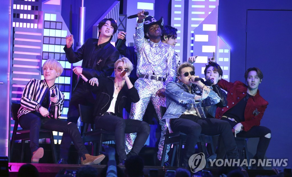 "In this photo from the Associated Press, BTS performs ""Old Town Road"" with American rapper Lil Nas X during the 62nd Annual Grammy Awards ceremony in Los Angeles, California, on Jan. 26, 2020. (Yonhap)"