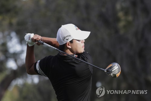 In this Associated Press photo, Kim Si-woo of South Korea hits a tee shot at the second hole during the first round of The Players Championship at TPC Sawgrass in Ponte Vedra Beach, Florida, on March 12, 2020. (Yonhap)