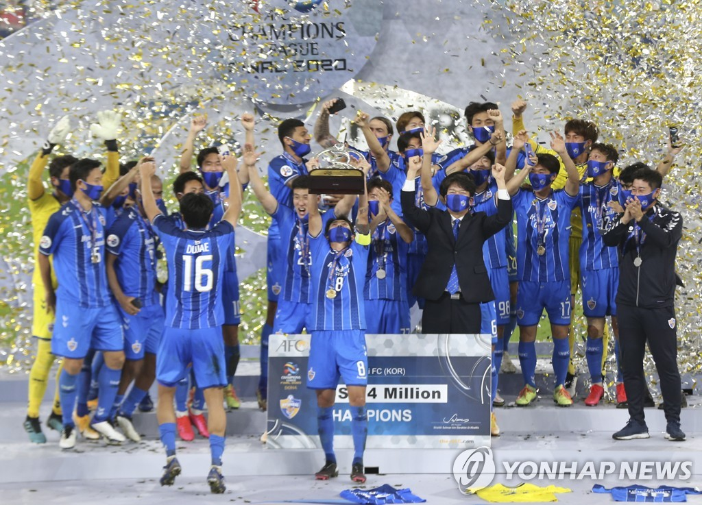 In this Associated Press file photo from Dec. 19, 2020, members of Ulsan Hyundai FC celebrate winning the Asian Football Confederation Champions League title at Al Janoub Stadium in Al Wakrah, Qatar. (Yonhap)