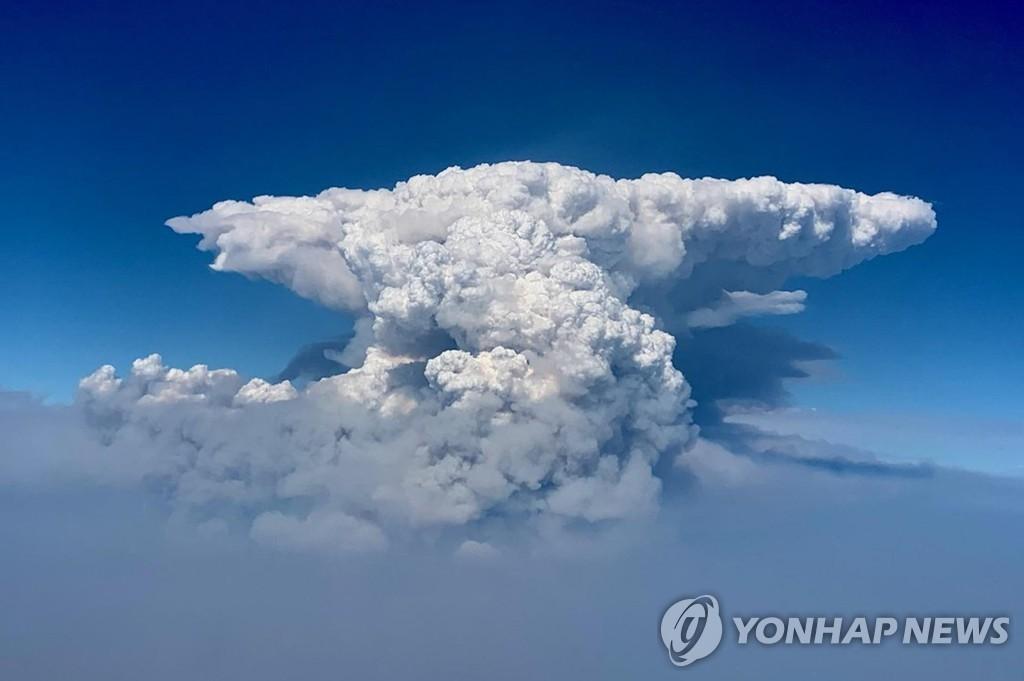 미국 오리건주 산불로 생긴 불구름(화재적운)