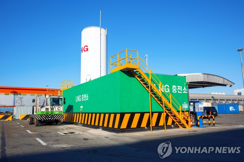This file photo provided by Busan Port Authority on April 19, 2019, shows a liquefied natural gas (LNG) charging station at the port in the southeastern city of Busan. (PHOTO NOT FOR SALE) (Yonhap)