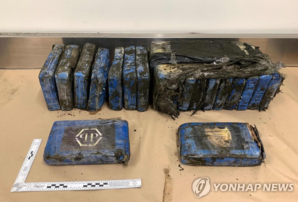 7일 베델스 비치에서 발견된 코카인 상자 19개