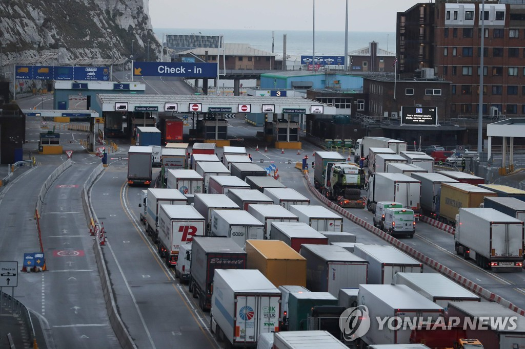 영국 남동부 도버항에 대기 중인 화물 수송 트럭들 [AFP=연합뉴스]