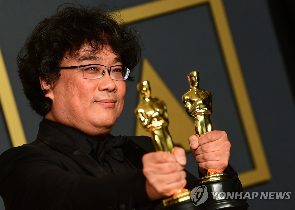 South Korean director Bong Joon-ho poses for a photo after winning four Oscars during the 92nd annual awards ceremony at the Dolby Theater in Los Angeles on Feb. 9, 2020 in this photo released by AFP. (Yonhap)