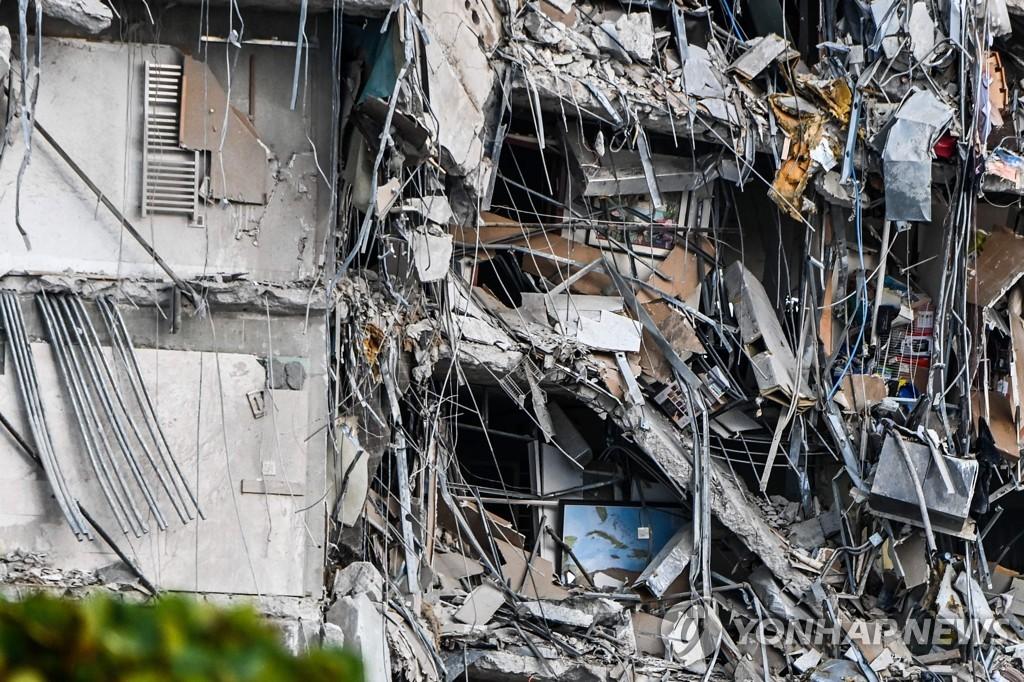 24일(현지시간) 미국 플로리다주 마이애미-데이드 카운티의 서프 사이드에 있는 12층 아파트가 붕괴한 모습. [AFP=연합뉴스]
