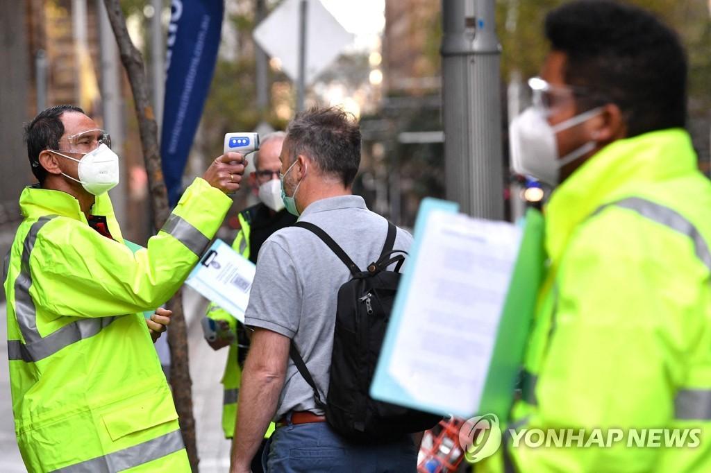 시드니 코로나19 백신 접종소에서 체온을 재는 보건 종사자 [AFP=연합뉴스]