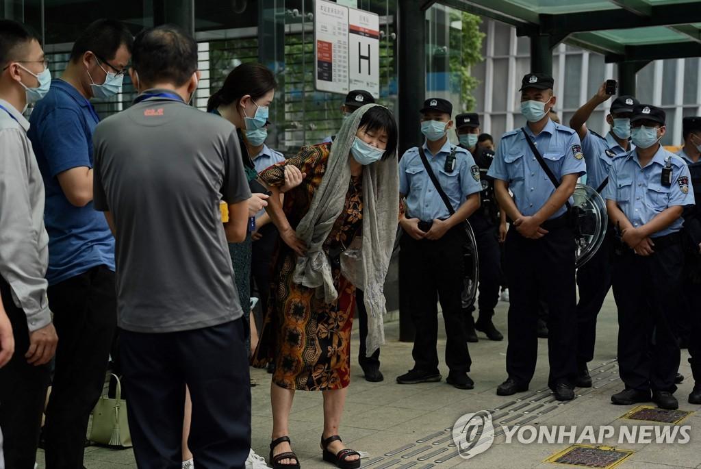 15일 중국 선전의 헝다 본사 앞에 투자자들이 모여 있다. [AFP=연합뉴스]