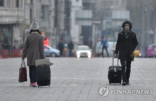 이스탄불 탁심 광장을 지나는 여행객들