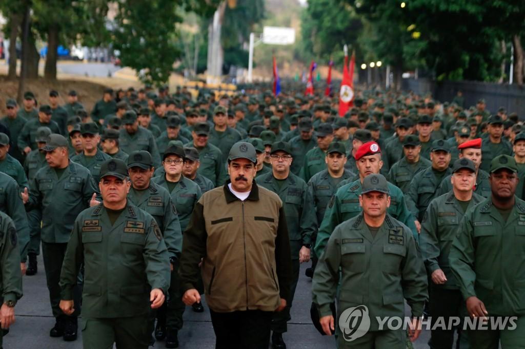 군인들과 함께 걷는 니콜라스 마두로 베네수엘라 대통령 [EPA=연합뉴스]