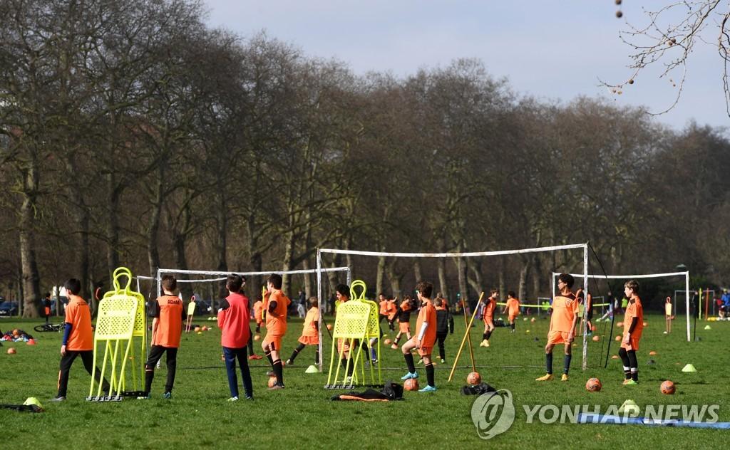영국 런던 하이드파크에서 축구하는 사람들