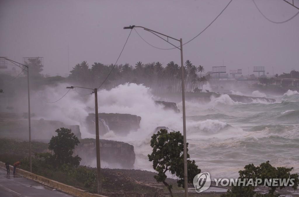 도미니카 공화국 해안에 거센 파도가 치는 모습 [EPA=연합뉴스]