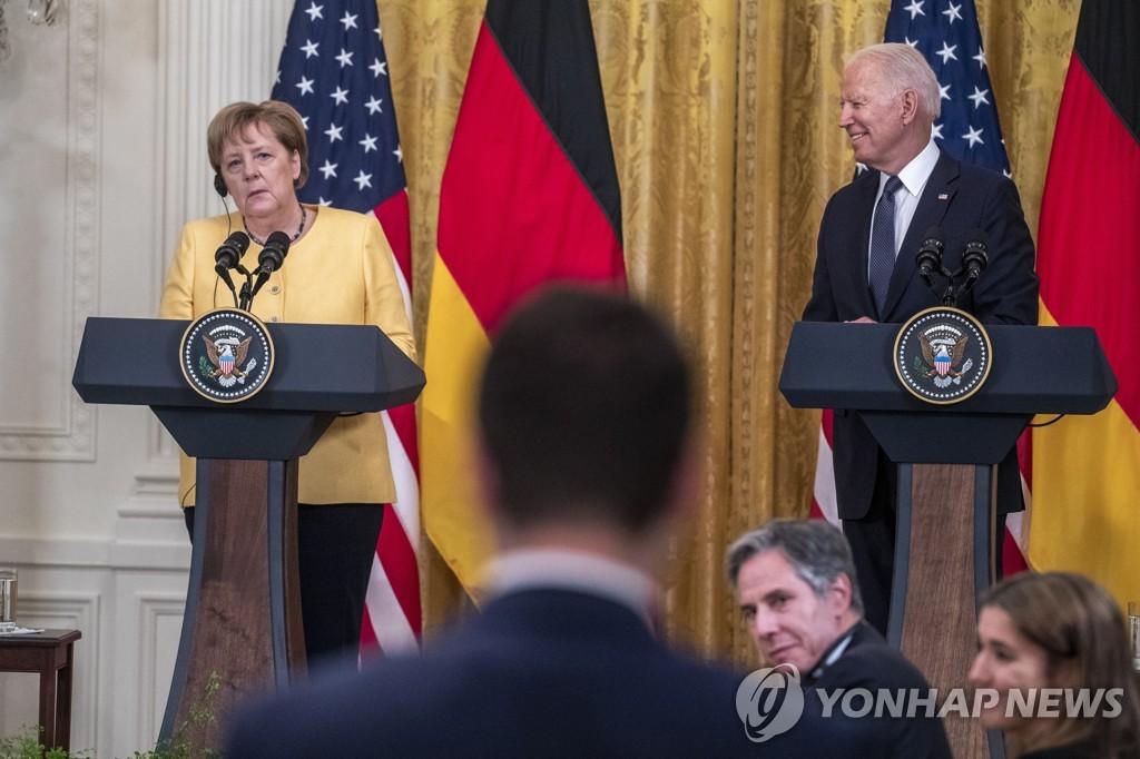 지난 15일 백악관에서 마스크 없이 공동회견하는 바이든 대통령(오른쪽)