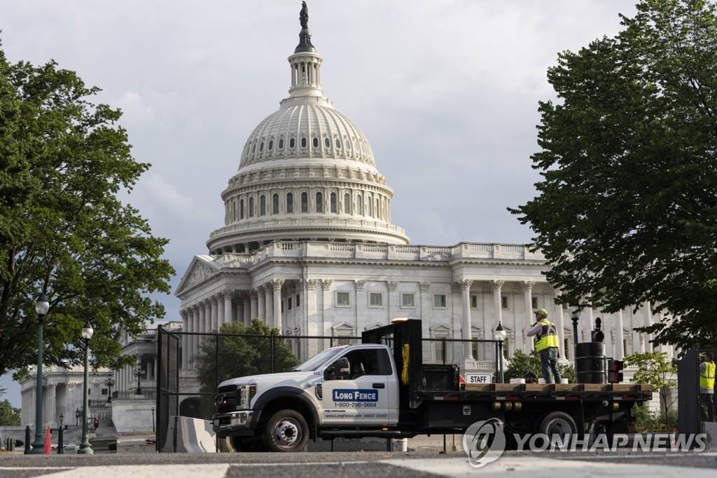 9일(현지시간) 미국 워싱턴DC 연방의사당 주변의 철제 펜스가 철거되고 있다. [게티이미지/AFP=연합뉴스]