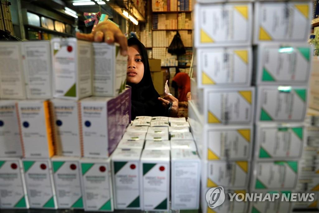 2019년 2월 15일 인도네시아 자카르타 도매시장의 한 매장에 각종 의약품이 쌓여 있다. [로이터=연합뉴스자료사진]