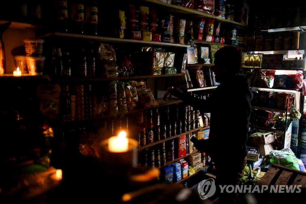 대정전 당시 촛불을 켜놓은 아르헨티나 부에노스아이레스의 한 상점 모습 [로이터=연합뉴스 자료 사진]